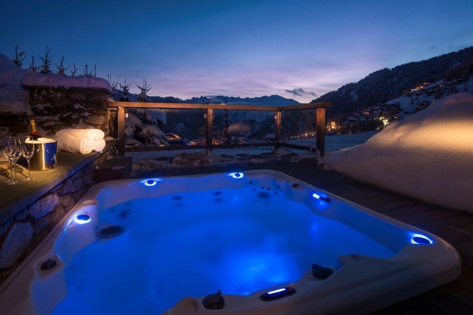 Top 10 Luxury Ski Chalet Hot Tubs